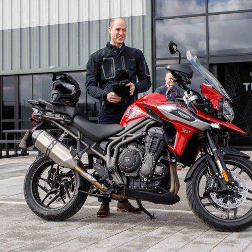Princípe William visita a fábrica da Triumph Motorcycles