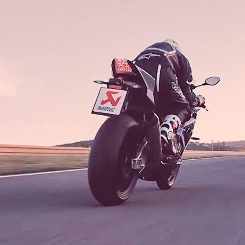 Vídeo: Akrapovic presta tributo às Superbikes