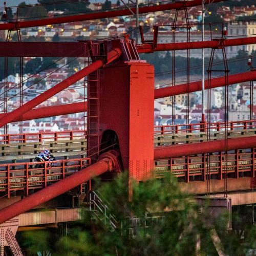 Miguel Oliveira atravessa a ponte 25 de Abril na sua KTM Tech3 – com vídeo